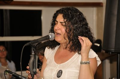 Singer/songwriter Gaida at a fundraiser for the U.S. boat  to Gaza August 5. PHOTO: ELLEN DAVIDSON