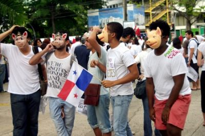 PANAMA NO SE VENDE: Students in Panama City wear pig masks at a rally against the Martinelli government and the police murders. 'Panama is not for sale' is written on the shoulder of the student to the right. PHOTO: CLAUDIA FIGUEROA