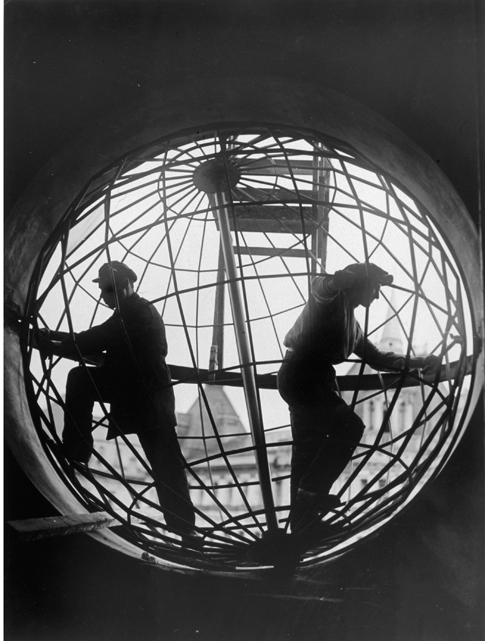 Arkady Shaikhet, Assembling the Globe at Moscow Telegraph Central Station, 1928.