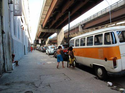 STREET LIFE: Children play beneath a freeway overpass near Mauá Pier in Rio de Janeiro's Centro neighborhood. PHOTO: KRISTOFER RÍOS
