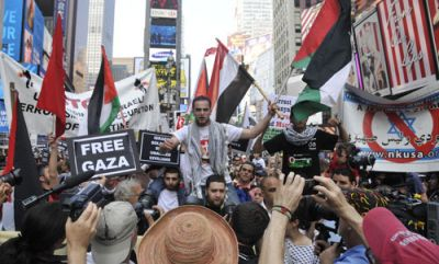 A SEA OF ANGER: Shocked and furious New Yorkers took to the streets of Midtown Manhattan May 31 in denouncing the Israeli naval attack on a ship carrying civilians and humanitarian aid that was trying to break the blockade of the Gaza Strip. PHOTO: ELLEN DAVIDSON