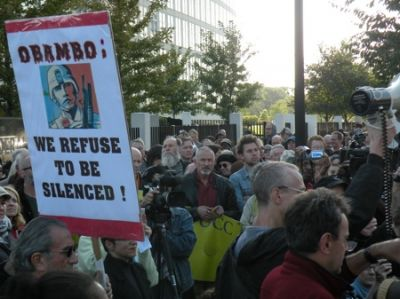 'FBI RAIDS HAVE GOT TO GO': More than 100 activists marched outside FBI headquarters in Chicago to protest recent raids. PHOTO: JORGE MUJICA/MEXICO DEL NORTE