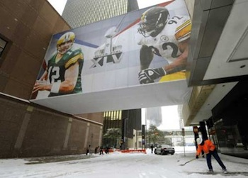 Workers clean off snow outside the NFL football Super Bowl XLV Media Center in Dallas, Texas, on February 4, 2011.  PHOTO: Timothy A. Clary/AFP/Getty Images