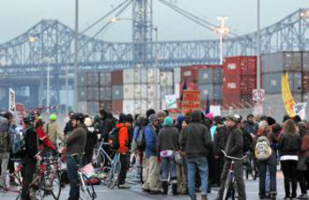 Protesters gathered in front of the gates to the Port of Oakland. (Photo: Socialist Worker)